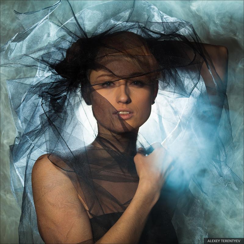 И медленно пройдя меж пьяными всегда без спутников одна дыша духами и туманами она садится у окна